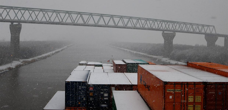 Containerschiff vor Bruecke